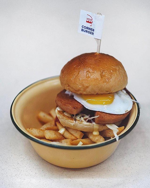 The classic luncheon meat with egg burger  #flatlays #onthetable #essentials #travelgram #huntgram #artofvisuals #thecreatorclass #createcommune #insiderfood #f52grams #bestfoodaroundtheworld #theartofplating #cookmagazine #thefeedfeed #eattheworld #yahoofood #thisisinsiderfood #beautifulcuisines #burpple #sgcafefood #cafefoodsg #sginsiders #exploresingapore #visitsingapore #yoursingapore #fujifilmsg #cafehopping