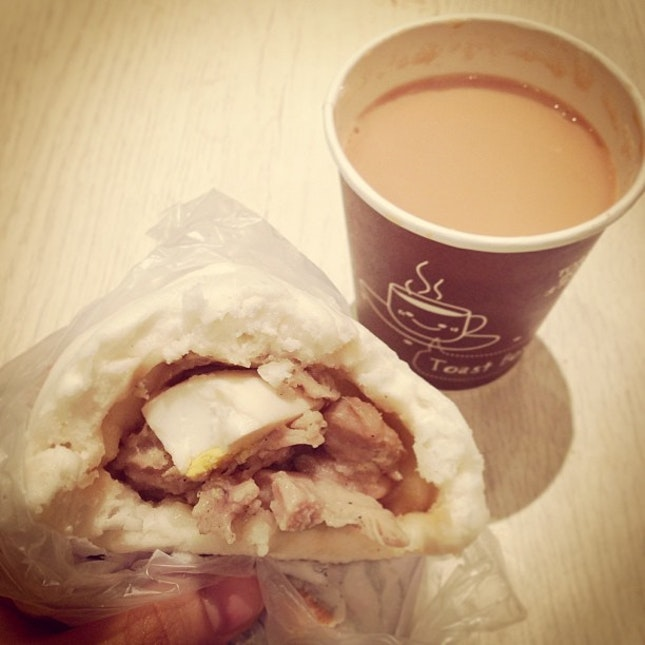 On mornings when I'm late for work 🚍💨 #breakfast #teh #chickenpao #tapao