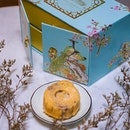 One of the more exquisite #mooncake boxes this year, the Fullerton Snow Skin Treasures (Box of 4pcs) is priced at $61 and are available for collection from 11 Aug to 24 Sep 2018.