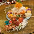 Arriving in style, this stunning Treasures #YuSheng is later stacked with lobster, salmon, crispy fish skin, and then perfumed with truffle oil and black truffle slices.