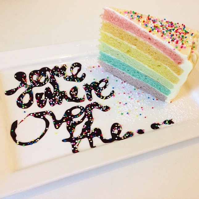That pretty rainbow cake ($10) which I was hesitating to get it because I've seen so many bad reviews online.