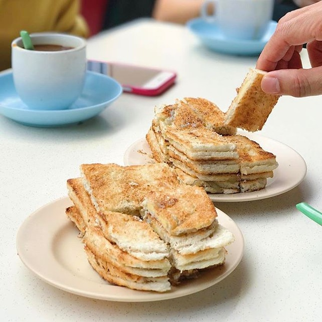 [KEONG SAIK] The iconic extra thin kaya butter toast 😋 Hand model: my boss 😂 • #burpple @burpple #hungrygowhere @hungrygowhere #tongah #kayabuttertoast