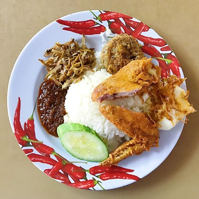 [CHANGI VILLAGE] My perfect plate of nasi lemak - chicken wing, egg, coconut rice, chilli & bergedil (potato patty!) 😋 This was totally worth waking up early for 😉 • #hungrygowhere #burpple #whati8today #foodsg #foodie #foodporn #foodblogger #foodphotography #vscofood #igfood #sgeats #sgfood #sgfoodies #nasilemak #changivillage