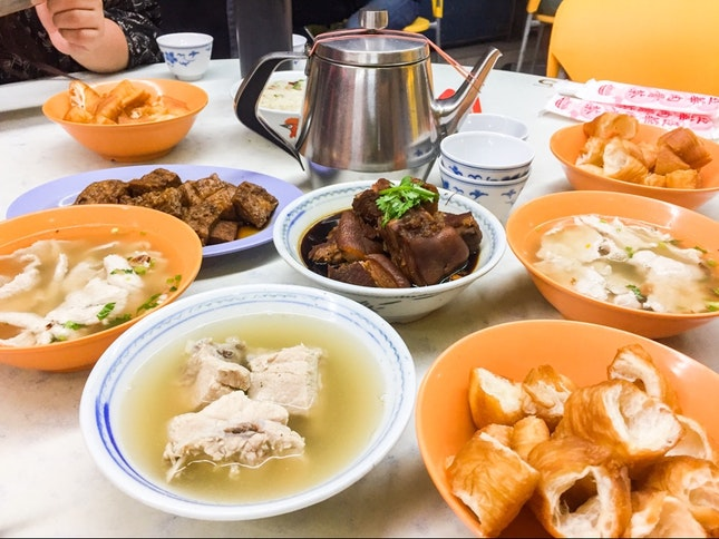 Bak Kut Teh is one dish that you can have at any time of the day, and especially comforting as a late night supper that fills you up nicely without too much greasiness.