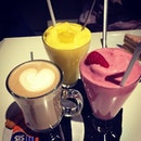 #Mango and #strawberry  #smoothie and #hazelnut #latte with @oyvonn @nathanielkendrick and @zavdiel14