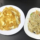 Kai Jiao (Thai Omelette) with Rice and Som Tum 👍🏻 .