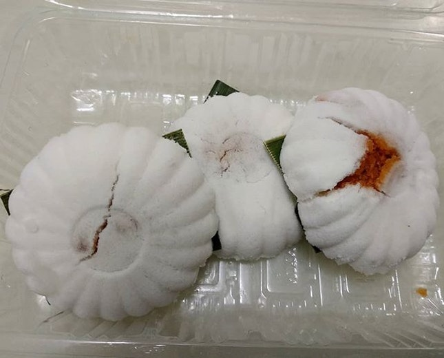 I had been craving for tutu kueh for the longesttt time (because I have mostly only been eating the tutu piring gula melaka from Haig road my whole life).