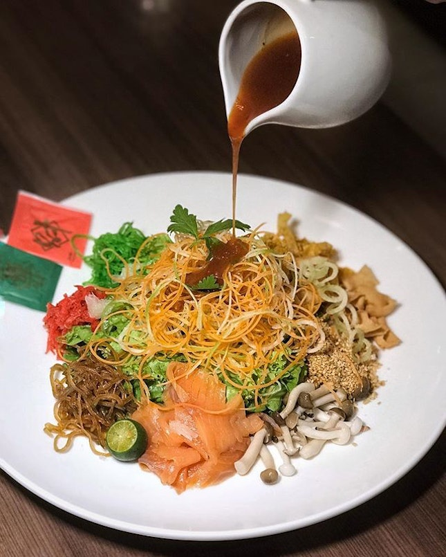 Fortune 18 Yusheng —$23.90/dine-in The key lies with the sweet and sour sauce and the one at @swensenssingapore comes also with a slight spicy kick that makes this really appetising.