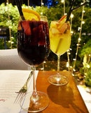 #FRIYAY perfect alfresco weather for sangria and paella under the fairy lights @1_una.