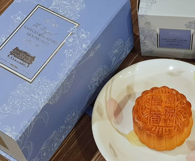 Mother-Of-Pearl with Single Yolk and White Lotus Paste (单黄珍珠白莲蓉月饼) Box of 4 pieces cost $76.00 Nett.