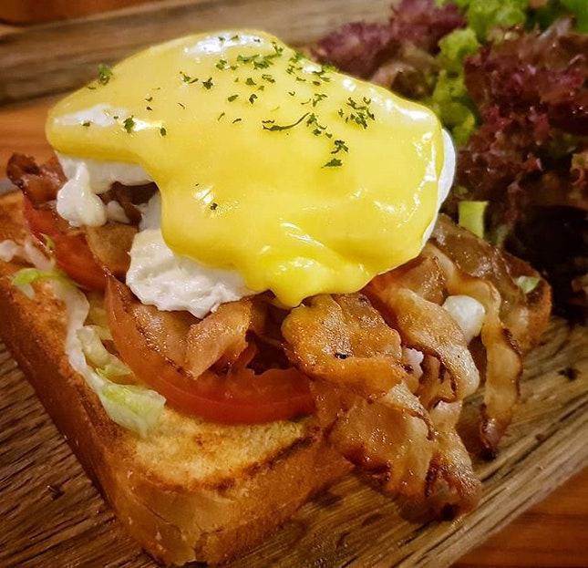 BACON EGGS BENEDICT S$15 from @thelardercafesg.