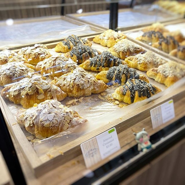 So many croissants, so little stomach space 😂 #poomsandpoms #foodies #sgfood #sgfoodies #sgeats #sgfoodporn #singaporefood #sgfoodtrend #eatmoresg #eatoutsg #foodinsing #yummyinmytummy #fatdieme #sgdessert #dessert #dessertporn #sgcafe #stfoodtrending #8dayseat #burpple #croissants #pastries #aucroissant #aperiamall