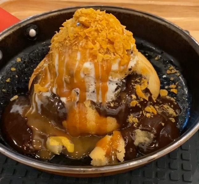 Chocochip Larva Cookie w Banaoffee