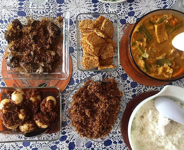 Lontong-inspired lunch with homemade serondeng with chicken livers, sambal telur, tempeh and sayur lodeh 😋 Happy Father's Day to all the knights in shining armour!