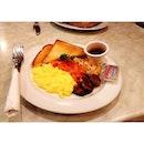 Cheesy scrambled eggs x smoked salmon x grilled button mushroom x mashed hashbrown x toast 😌