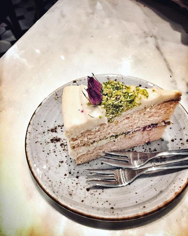 So pretty & yummy can ~ #raspberryrose#cake#slice#shopwonderland#cafehopping#rustic#instadaily#vsco#instamood#foodie#foodporn#burpple#dessert#instagood#standardbohdrop