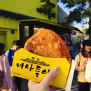 Missing this hotteok and cool weather 🤔 hotteok is a thin chewy pancake filled with brown sugar syrup 😍😍