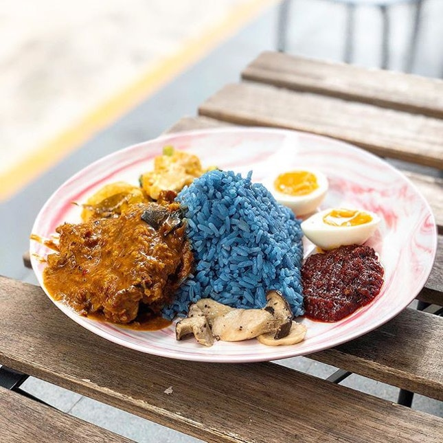 I was searching for Jia Xiang's blue pea nasi lemak but found it was replaced with Simple (简)The shop has shrunk in size and there are only counter seats now.