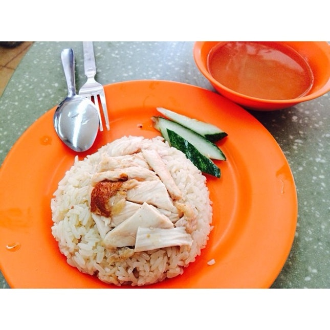 Tan's Delicious Chicken Rice aka 陈家.美味烧腊鸡饭 serves an yummy yet inexpensive plate of chicken rice despite sharing the competition with Xiang Ji Chicken Rice!