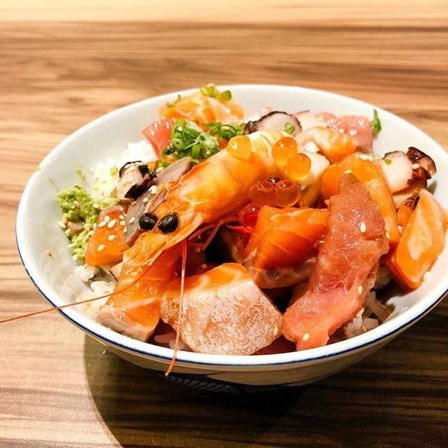 Bara Chirashi Don  The don comes filled with extremely generous portions of sashimi, such as salmon, tuna and squid, which was very fresh, as well as salmon roe and prawn, that goes nicely with wasabi that really tingles the nose!