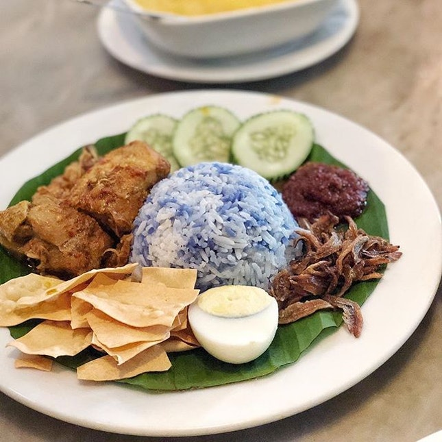 They served nasi lemak in peranakan style where the fragrant coconut rice is in blue.