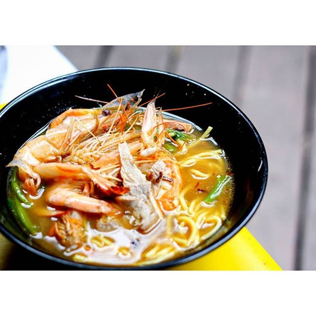 It's always hard to crawl out of bed on rainy days but this comforting bowl of prawn mee is bursting with flavours, I simply can't resist!