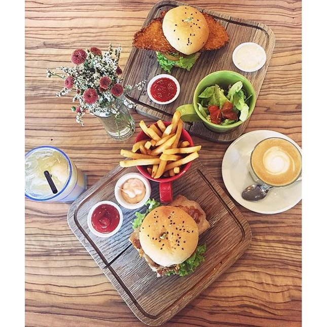 | Grub's Grilled Chicken Burger & Fish Burger | Weekly brunch affair with the favourite girl @siminxteo 🍴#GrubSG #cafe #cafesg #sgcafe #cafehopping #cafehunting #westernfood #food #foodie #foodiesg #foodart #foodinc #foodporn #fooddiary #foodgraphy #foodstagram #foodphotography #sgfood #sgfoodporn #sgfooddiary #instafood #lifeisdeliciousinSingapore #Burpple #HungryGoWhere #8DaysEat #whati8today #droolsnapnom