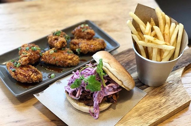 Pulled Pork Burger ($16) ⭐️ 3.5/5 ⭐️ Crispy wings ($10) ⭐️ 4/5 ⭐️ The #friedchicken was glazed with honey lemongrass ginger and well-executed.