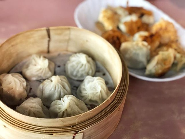 Xiao Long Bao ($6/10 pieces) Pan Fried dumplings ($4.50) ⭐️ 4/5 ⭐️ 🍴Really delicious, affordable and well-made #xiaolongbaos that had quite a substantial amount of filling and savory soup in a smooth thin skin.