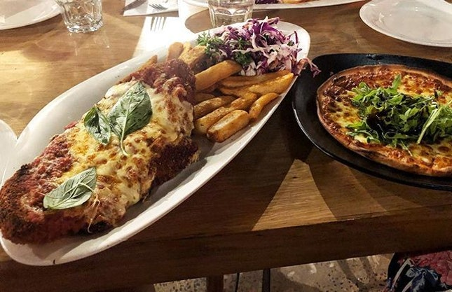 Chicken Parma ($14.90) ⭐️ 4.5/5 ⭐️ Garlic Bread ($9) ⭐️ 3/5 ⭐️ 🍴Think HUGE portions at a very affordable price!!