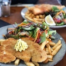 Chicken schnitzel ($20) Fish & Chips ($28) ⭐️ 3.5/5 ⭐️ 🍴One of the few restaurants that is open for dinner in #portcampbell so we weren't expecting much but the food was quite good.