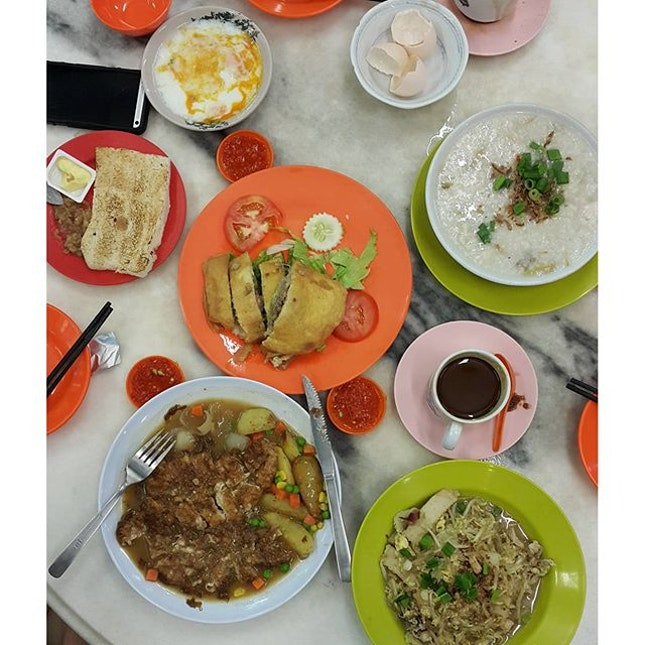 Pork Chop, fried glass noodle, roti babi, fish porridge, soft boiled eggs & toasts with kaya & butter BUT no babi roll because they only have it from 11am onwards & we arrived bout 9am 😢😢😢😢😢 #kesedihanyangtakbolehdescribe  #takepicha #dinewithannna #livetoeat #yutkee #musthaveklfood #foodspotting #burple #foodstagram