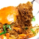 The sight of the Wok-Fried Bee Hoon with Sri Lankan Crab, all looking sumptuously hot with wok-hei.