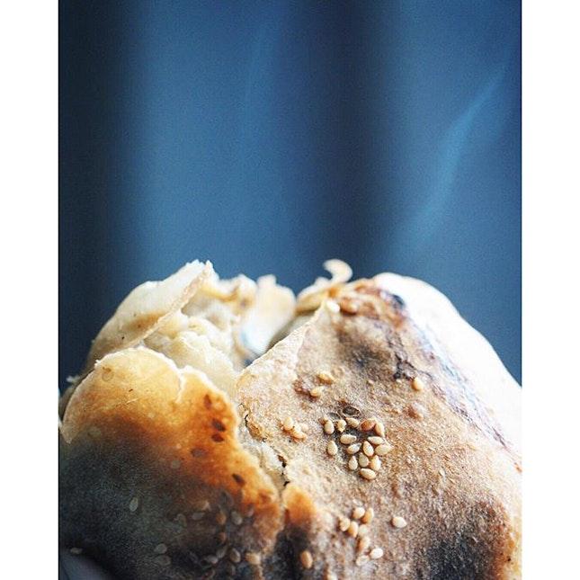 #福州世祖胡椒餅 可說是#饒河夜市 排隊人氣名店第一名。當熱呼呼的#胡椒餅 入到手,麵皮酥而有嚼勁,香得不得了!肉餡有醃過,有濃濃的胡椒味,吃起來很鮮甜多汁! Easily the most popular store at #raohenightmarket is this #PepperPorkBun.
