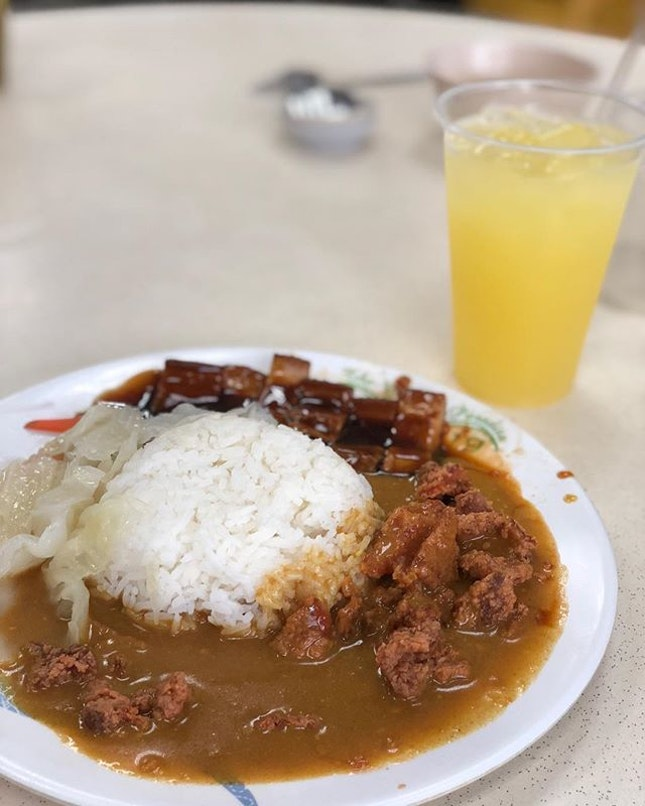 Get busy living or get busy dying, your choice 🤣 • 🍛: Hainanese Lor Ba Curry Rice - S$4.8 🥤: Lime Juice - S$1 📍: Hainanese Chicken & Curry Rice, Clarke Quay, Singapore