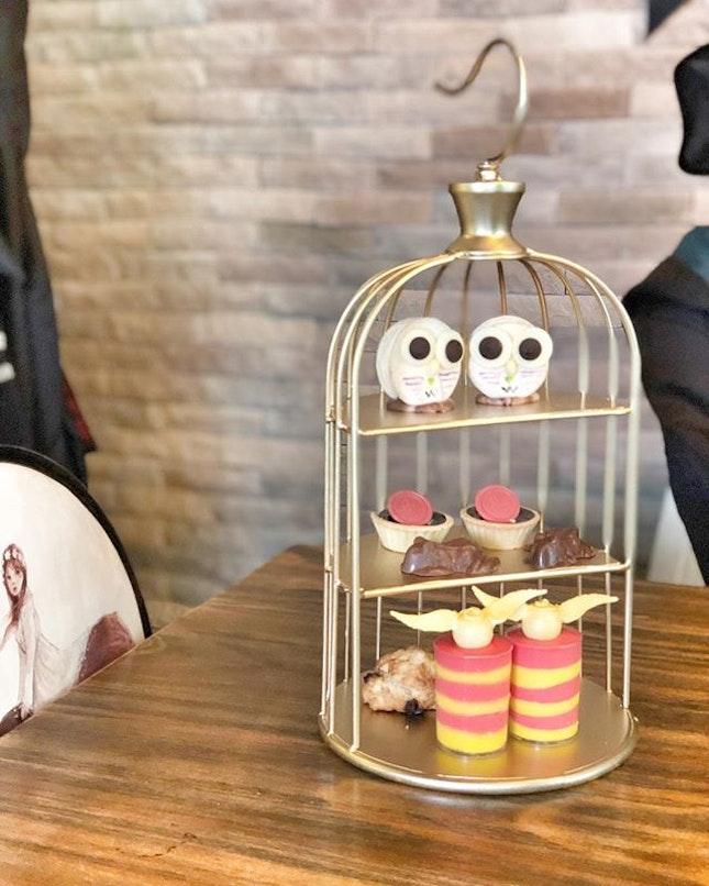 <🇫🇷> la distance signifie si peu, quand quelqu'un veut dire <🇩🇪> Distance means so little, when someone means so much • 🍰: Part of Harry Potter Afternoon Tea - S$55++ for two 📍: @platform1094 Singapore