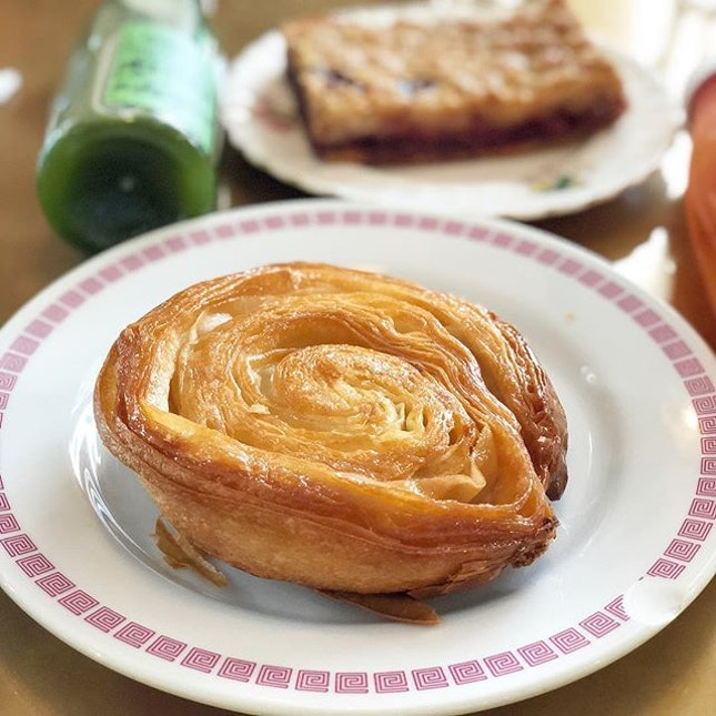 <🇩🇪> Immer abends noch mit den süßesten ausfüllen <🇬🇧> Always fill evenings with the sweetest things • 🍩: Kouign Amann - S$3.80 📍: @tiongbahrubakery Singapore