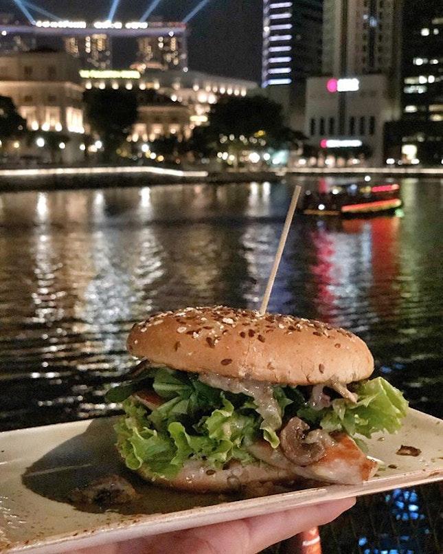<🇩🇪> Abendbrot mit einem wunderbaren Hintergrund <🇬🇧> Dinner with a breathtaking backdrop • 🍔: Zehnt Burger - S$15++ 📍: @hansimglueck_singapore @hans_im_glueck_burgergrill Singapore