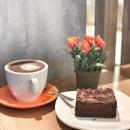 <🇩🇪> Das Geheimnis des Erfolges ist, den Standpunkt des anderen zu verstehen <🇬🇧> The secret of success is the understanding of others • 🍰: Brownies - S$4.80 ☕️: Hot Chocolate - S$4.50 📍: @maisonkaysersingapore Singapore