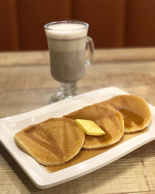 <🇯🇵> 長所は短所 <🇬🇧> Over Confidence is our biggest weakness • 🥞: Pancake with Maple syrup - S$5.50++ ☕️: Hot Akatsuki - S$4.00++ 📍: @socialsquaremusicalcafe Singapore