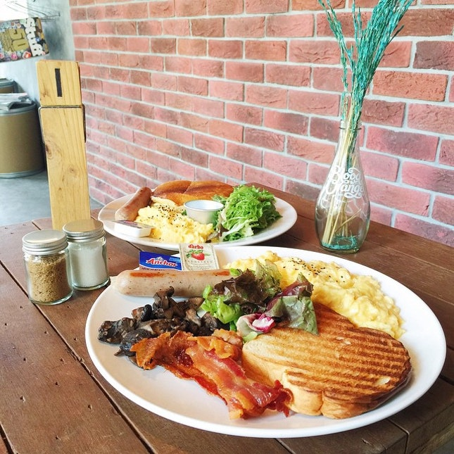 20.03.2015 \\ A hidden gem tucked in the quieter part of Bedok Reservior, Refuel Cafe definitely hits the spot with the Full Tank ($13.90), which comes with scrambled eggs, bratwurst sausage, salad, mushroom and toast (I changed the tomatoes and baked beans for more scrambled eggs).