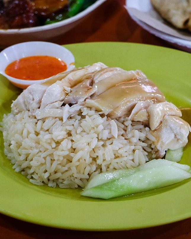The undisputed king of chicken rice in Singapore that got world renowned chefs like Anthony Bourdain complimenting on the deliciousness and making Gordon Ramsay face defeat in a cook-off challenge.