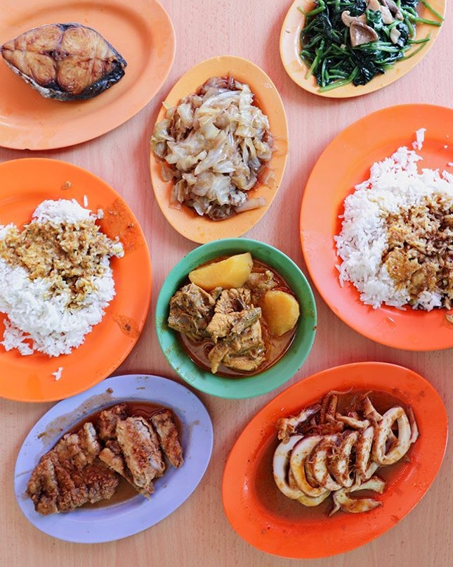 Brought out my new camera to shoot for the first time and what better than to feature a satisfying hawker meal at Loo's Hainanese Curry Rice.