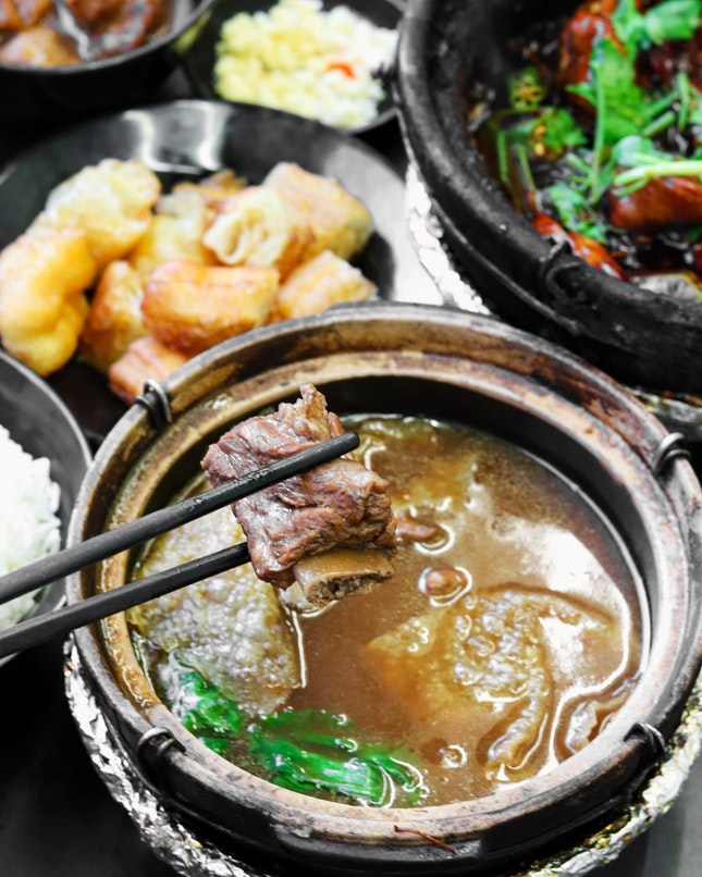 The recent bak kut teh fiasco got me craving for some pork bone soup and after mostly eating the Teochew peppery version, I went onto Google and stumbled upon a blog post by @misstamchiak on a herbal bak kut teh, located at the heart of Geylang.