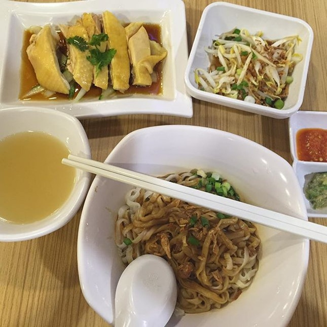 One person set meal ($8.50) Chicken, bean sprouts and a choice of rice or hor fan.