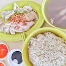 雞飯~~~~~ love it that this stall actually give quality soup and bean sprout (underneath the chicken).
