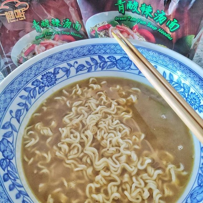 Gave @redchefasia green tomyum instant noodles a try.