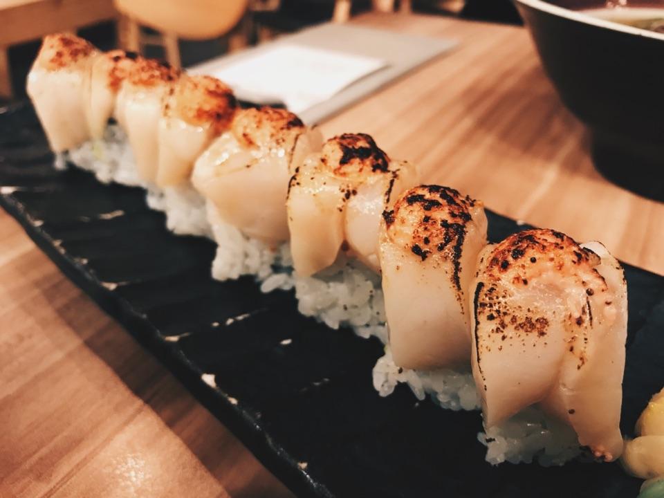 Hotate Aburi Sushi Roll