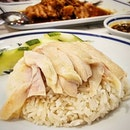 The spanking new ก.อัง chicken rice that hails from ประตูน้ำ, a new recipient of the Michelin Bib Gourmand 2018, has hit the ground running in Singapore.