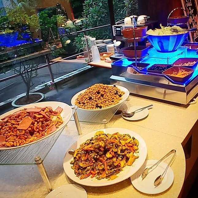 Intercontinental buffets are aplenty everywhere, but not many r aware that Cafe Lodge @ywcafortcanninglodge offers localized buffets daily.